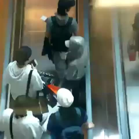 Vine by Y... - 空港の歩くエスカレーターで突然、競争始めるドンへとヘンリーwwwwwwwwwwwwwww #donghae #henry #superjunior