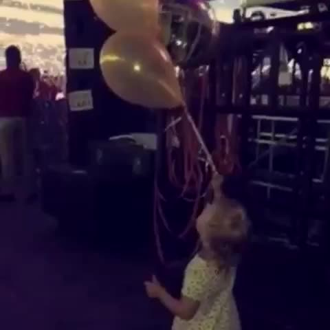 Lux letting balloons go for Liams birthday ????❤️ x - Vine by 1Dxclusive Clips - Lux letting balloons go for Liams birthday 🎈❤️ x