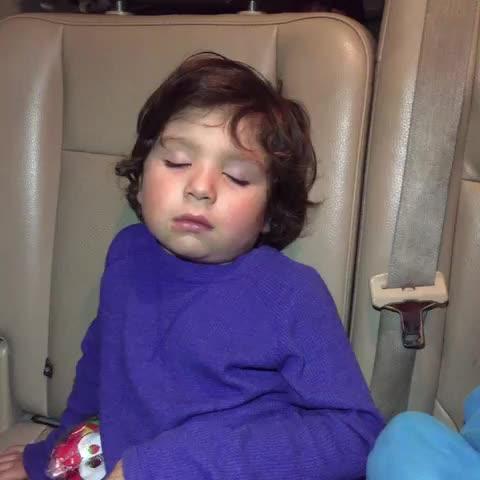 Vine by Luis Islas - A Luisito no le voy a comprar hamburguesa porque se quedo dormido!!!! Jajaja!! NO ME DORMÍ!!!!!