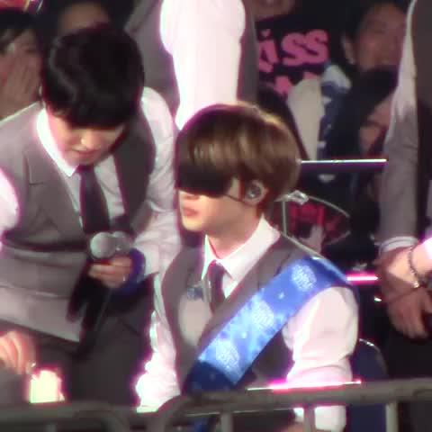 Vine by COSMIC - 150226 ELF Japan fanmeeting #Eunhyuk eats cakes>O< (cr. @SJ_cosmic)