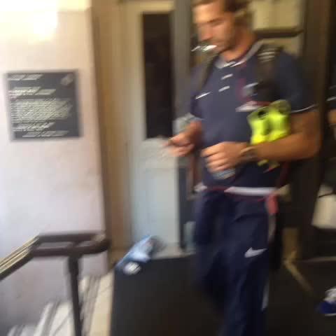 Vine by PSG Officiel - Les joueurs quittent lhôtel direction le stade ! #ParisLovesUS