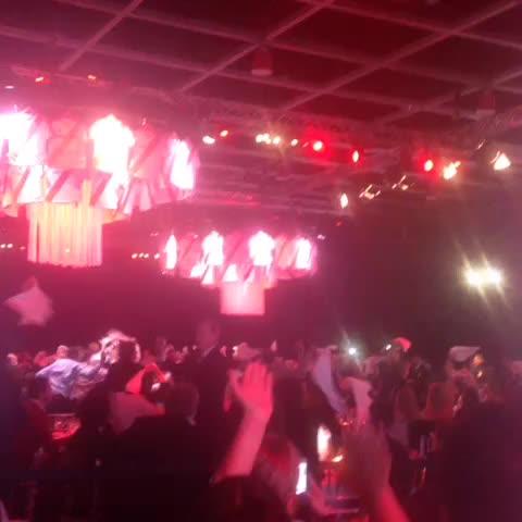 Vine by River Plate Oficial - Los hinchas celebran en la cena benéfica de @RiverFundacion #RiverPlate