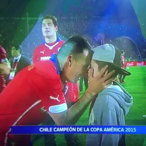 Vine by Lucho Sarmiento - Papito papito un beso! #Chile campeón de la #CA2015 y así se manifiesta @MedelPitbull