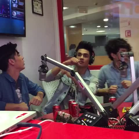 Vine by Gerudito - Shake it off con CD9 en cabina Coca-Cola.FM México